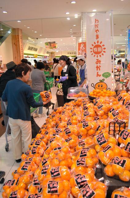 JAグループ和歌山が始めたスーパーでの試食販売キャンペーン=大阪府羽曳野市