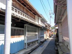 ペンキ塗りの町家が軒をつらねる太地町中心部=和歌山県太地町