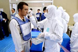 放射能汚染の有無を測定器で調べる訓練=上関町中央公民館