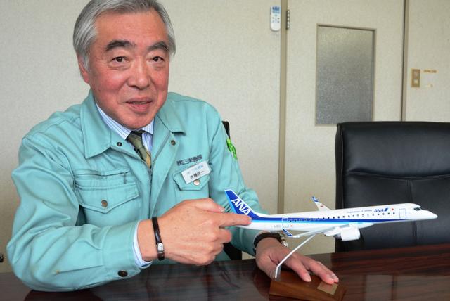 MRJの模型を使って、製造に携わった後部胴体の説明をする三栄機械の斉藤民一社長=由利本荘市川口