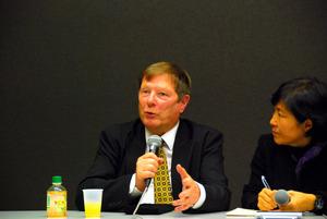 講演後に記者会見したジェームズ・マキロップさん(中央)=東京都千代田区