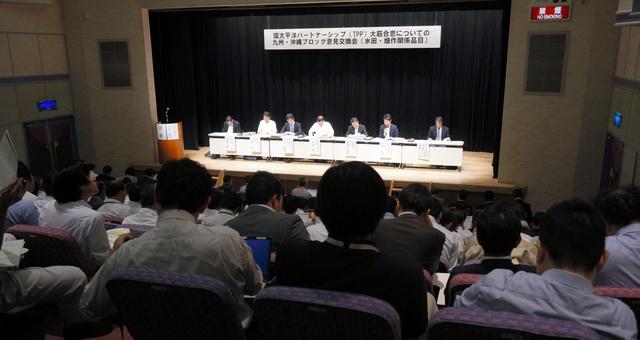 農水省が開いたTPPの説明会には多くの農業関係者が出席した=10月19日、熊本市