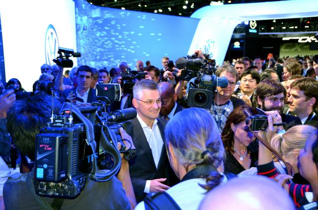 大勢の報道陣に囲まれるフォルクスワーゲン(VW)米国法人のマイケル・ホーン社長(中央)=18日、ロサンゼルス、畑中徹撮影
