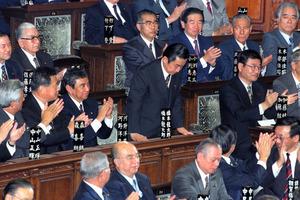 首相に選出され、頭を下げる橋本龍太郎氏=1996年1月11日、衆議院本会議場