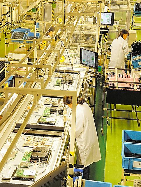 シャープ栃木工場で液晶テレビのチューナーや回路を取り付ける生産ライン=19日、栃木県矢板市