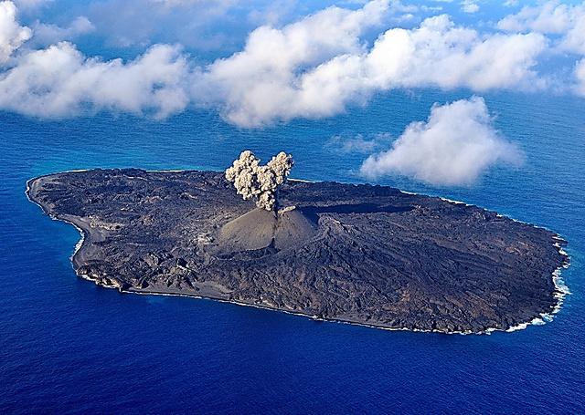 現在の西之島。中央付近の火口から噴煙が上がっている=11月17日、海上保安庁提供