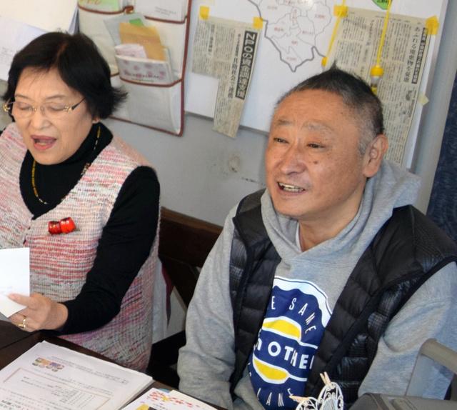 作詞した曲を歌う今村寛さん(右)=2014年11月、加須ふれあいセンター