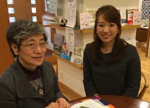 「暮らしの保健室」でインタビューに答える共同代表の秋山正子さん(左)と鈴木美穂さん(右)=東京都新宿区