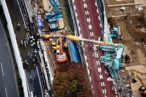 外環道脇で倒れた工事用の重機=21日午後3時28分、東京都練馬区、朝日新聞社ヘリから、堀英治撮影