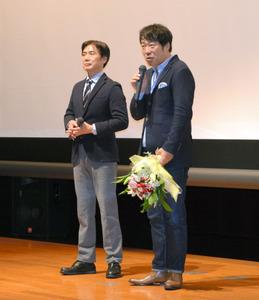 撮影に協力した町民への感謝の思いを話す田中光敏監督(右)と田嶋勝正町長=串本町文化センター