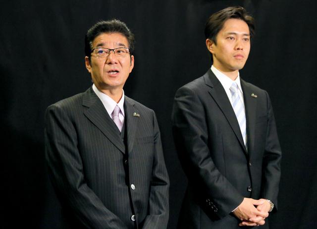テレビ収録を終えて取材に応じる松井一郎氏(左)と吉村洋文氏=23日午後7時、大阪市北区の毎日放送、高橋雄大撮影