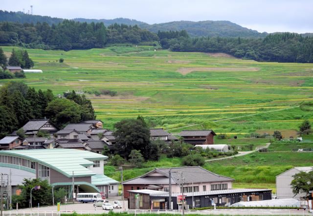 家々の背後に棚田が広がる神子原地区=石川県羽咋市