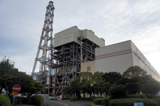 九州電力の相浦発電所。重油を燃やして蒸気をつくるボイラー(中央)が見える=長崎県佐世保市