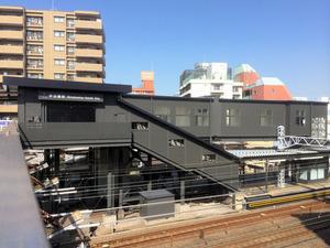 外壁がシックな色に塗装された平沼橋駅=横浜市西区平沼2丁目