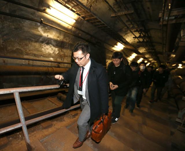 青函トンネル総合防災訓練で、階段を使って地上まで移動する避難訓練が初めて行われた=25日午後1時49分、北海道福島町、山本裕之撮影