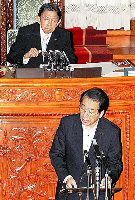 参院本会議場で答弁する菅直人首相。後方が西岡武夫議長(いずれも当時)=2011年7月、国会内