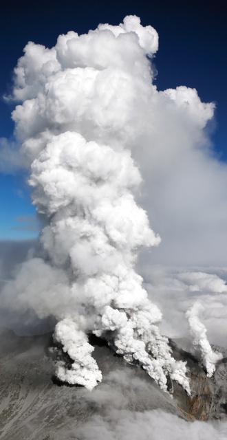 噴煙を上げる御嶽山=2014年9月27日午後2時13分、朝日新聞社ヘリから、池永牧子撮影