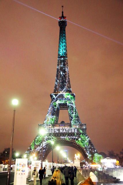 COP21の開幕を控え、緑色に染まるエッフェル塔=29日夜、パリ、遠藤啓生撮影
