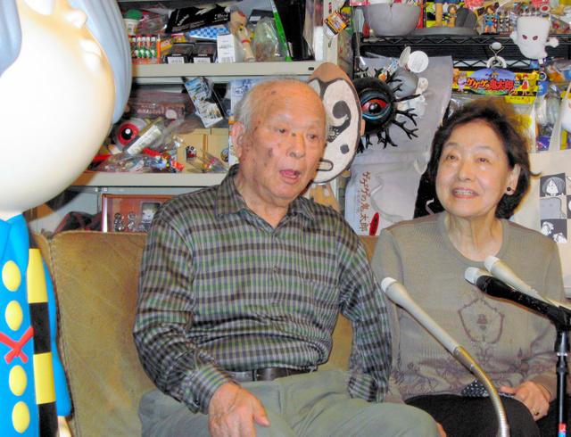 喜びを語る水木しげるさん(左)と妻の武良布枝さん=東京都調布市