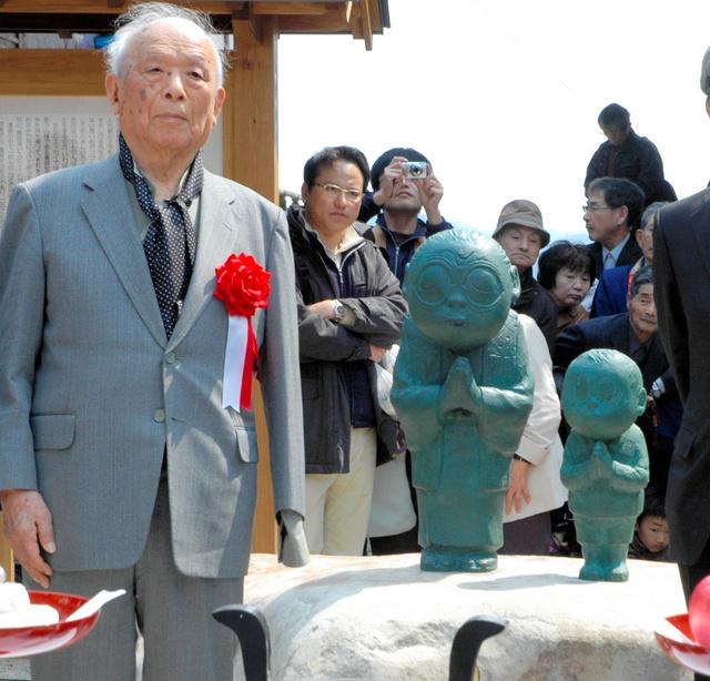 2012年4月、「のんのんばあとオレ」の除幕式に出席した水木しげるさん=出雲市小境町の一畑薬師