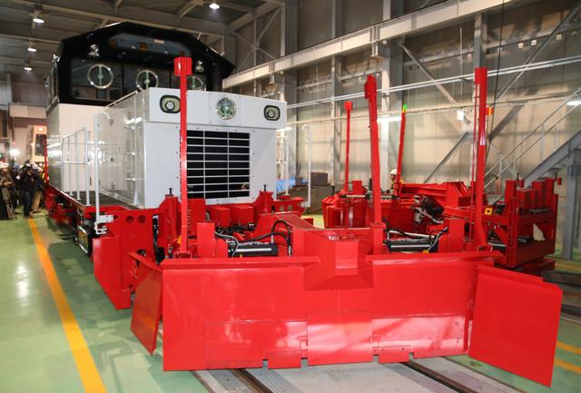報道陣に初めて公開された「新幹線用除雪車」=30日午後、七飯町の函館新幹線総合車両所、山本裕之撮影