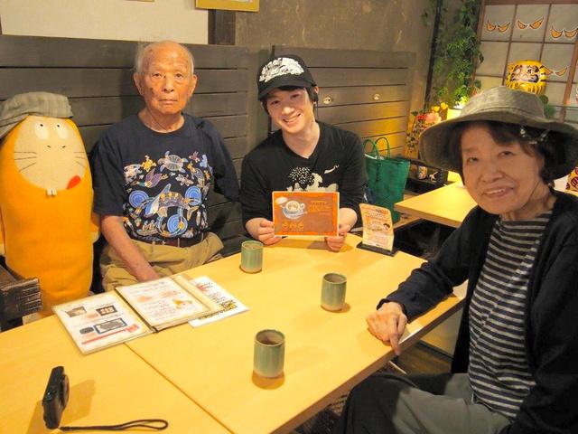 水木しげるさん(左)は9月、妻の布枝さん(右)らと鬼太郎茶屋の12周年記念イベントを訪れた。中央は金城史朗店長=調布市、鬼太郎茶屋提供
