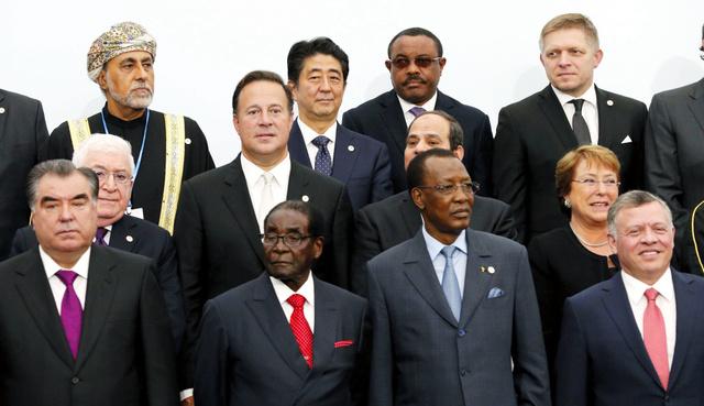 パリで30日、COP21が開幕し、記念撮影に納まる安倍首相(後列左から2人目)ら各国首脳=代表撮影