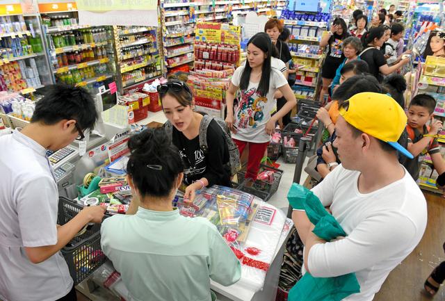 ドラッグストアで買い物をする中国人観光客=6月28日午後、大阪市中央区、伊藤進之介撮影