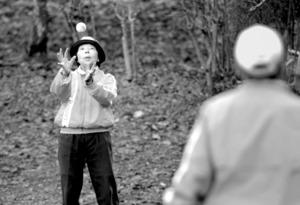 富岡廣志さん(右)の放ったボールを受け取る節子さん=大阪府河内長野市、川村直子撮影