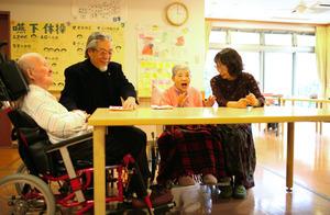 施設の居間で別府さん夫妻とくつろぐ喜代子さん(左端)と小林増江さん(左から3人目)=埼玉県八潮市、川村直子撮影