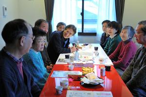 竹内弘道さん(左から4人目)が自宅を開放して開くサロン。土屋隆司さん(同3人目)ら参加者たちは、お茶を飲みお菓子を食べながら介護経験を語り合ったり、情報交換したりしている=東京都目黒区、福留庸友撮影