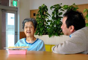 元日、入院中の母を家族で見舞った。私(浅野)の子どものころの話をすると、笑顔がもれる。長男(18)がそんな表情を撮ってくれた=さいたま市