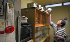 認知症と生きる女性が台所に貼った紙=岡山市、川村直子撮影