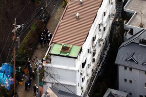 火事があったベルハウス東山手の現場検証=2013年2月9日午前10時9分、長崎市東山手町、朝日新聞社ヘリから、上田幸一撮影