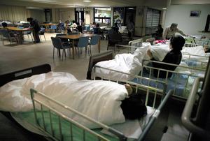 夜間、少ないスタッフで患者に対応するため、ナースステーション前のデイルームに並べられたベッド=石川県かほく市、川村直子撮影