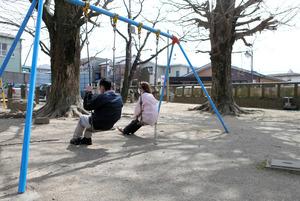 病院近くのブランコ。「子どもが小さな頃はよく乗ったなぁ」と夫は話した=埼玉県内、川村直子撮影
