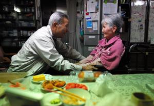 食事介助を終え、顔を見合わせる堀本平さん(左)と美都里さん=熊本市、川村直子撮影