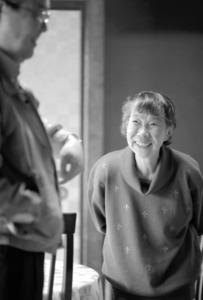 長男・栗山淳平さん(56)の話に耳を傾ける母・倭文子(しづこ)さん(81)。認知症の症状のある母を見守る一人暮らしの息子。2人の日常を連載で紹介した=大阪府堺市、川村直子撮影