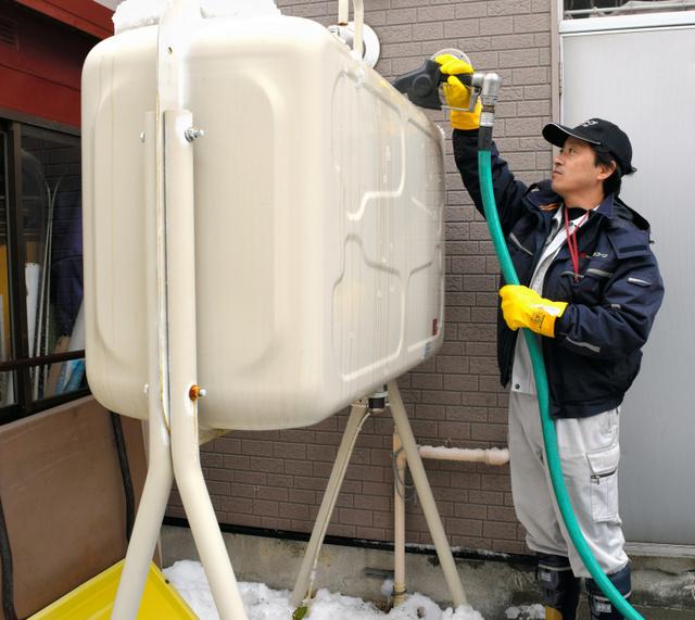 灯油の定期配達に回るエネコープの担当者=札幌市北区