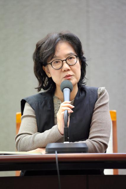 記者会見する「帝国の慰安婦」の著者、朴裕河・世宗大教授=2日午前、ソウル、東岡徹撮影