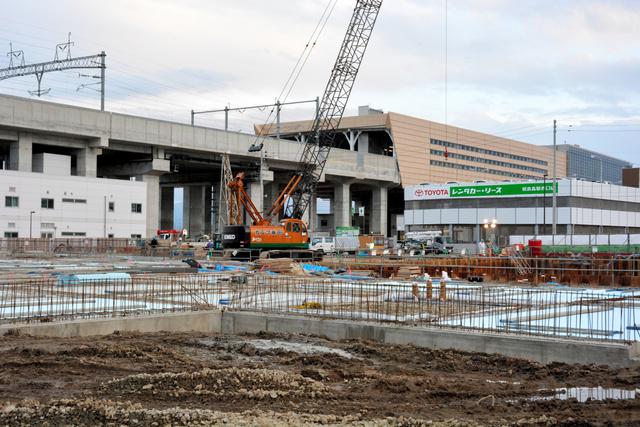 新青森駅近くに進出する病院の建設が進んでいる=青森市