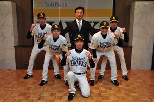 ソフトバンクに入団した育成選手ら。前列は野沢。2列目左から児玉、樋越。後列左から中村晨、小川編成・育成部長、渡辺