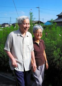 日課の散歩をする若井さん夫妻=栃木県下野市、郭允撮影