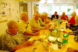 シーヴァルト・アンダーソンさん(左から2人目)と妻のブリットさん(左)。「出会いの場」では認知症の人とそうでない人が一緒にテーブルを囲む=9月、スウェーデン・イエーテボリ市
