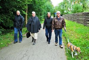 デイケアで散歩するビアーナ・シモンスンさん(左端)ら若年性認知症の人たち。景色を見ながらのんびり歩く=10月、デンマーク・ロスキレ市