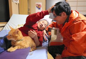 連載で紹介した冨井淑夫さん(右)は、会社を辞めて母啓子さんを介護中だ。意思疎通が難しくなった母が、息子の頭をなでた=京都市、川村直子撮影