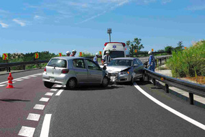 70代の高齢ドライバーによる逆走事故の現場。各地でこうした逆走事故が相次いでいる。なかには認知症が疑われるケースもある=静岡県沼津市、静岡県警提供
