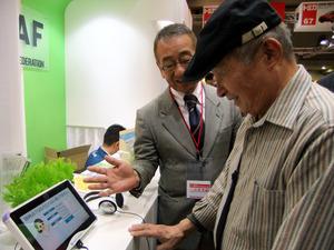 東京モーターショーの日本自動車連盟(JAF)のブースでは、高齢ドライバー向けに「物忘れ相談プログラム」の体験コーナーが初めてもうけられた=11月、東京都江東区の東京ビッグサイト