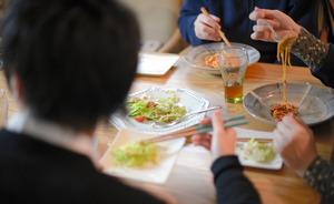 週末の午後、家族3人で食卓を囲む=西田裕樹撮影