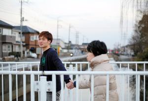 母の手を引いて散歩をする金井隆彦さん(左)=埼玉県越谷市、川村直子撮影